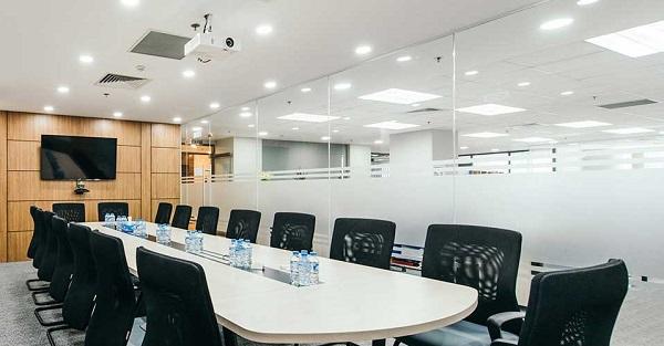 Vách kính cường lực tăng tính chuyên nghiệp cho văn phòng